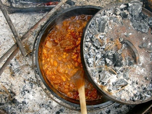 fogueira do pimentão em um forno holandês | 34 Things You Can Cook On A Camping Trip