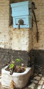 Oude waterpomp in het Lierse Begijnhof.