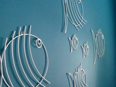 Peces en alambre blanco para adornar las paredes.