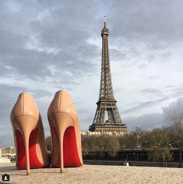 Christian Louboutin, модель Pigalle.  изогнутая колодка, аккуратный узкий нос, красная подошва и 12-сантиметровый каблук. Кристиан Лабутен создал их в 2004 году и назвал в честь Пигаля — района красных фонарей в Париже.