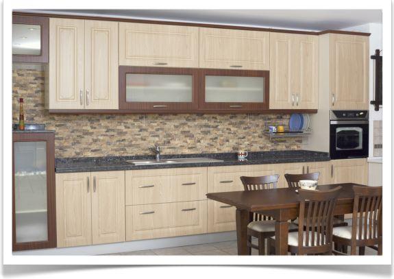 Colocar azulejos de piedra decorativa en la pared for Plaquetas decorativas para exterior