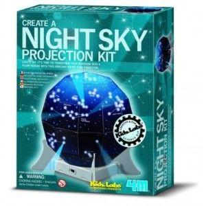 """ΝΥΧΤΕΡΙΝΟΣ ΠΡΟΤΖΕΚΤΟΡΑΣ Ο """"νυχτερινός προτζέκτορας"""" είναι μία καταπληκτική κατασκευή με την οποία θα φέρετε τον νυκτερινό ουρανό στο δωμάτιό σας! Αφού κατασκευάσετε τον """"νυκτερινό προτζέκτορα"""" σβήστε τα φώτα, μετακινήστε τον διακόπτη στη θέση """"on"""" και τότε θα εμφανιστούν τα άστρα στο ταβάνι και στους τοίχους του δωματίου σας! Καλέστε τους φίλους και την οικογένειά σας να δουν την παράσταση των άστρων. Θα εκπλαγούν. Στην συσκευασία θα βρείτε οδηγίες για την κατασκευή και στα Ελληνικά."""
