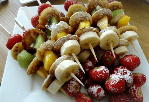 Vandaag een simpele tip van Cuisine La Nima hoe je fruit op een leuke manier kunt serveren.Deze zomerse fruitspiesjes met poffertjes kun je serveren bij een BBQ, als nagerecht of