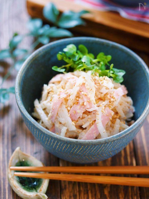 大根を使ったスピード副菜。    作り方は、とっても簡単で  塩もみした大根を  ハムとごまマヨで和えるだけ。    ポイントは大根の塩もみ!    この時に、塩だけではなく  砂糖と和風だしも加えて  一緒に揉み込みます♪    こうすることで  味が決まりやすくなり  また大根もやみつきの美味しさに!    ボウルごと抱えて食べたくなること  間違いなしですよ〜( ´艸`)
