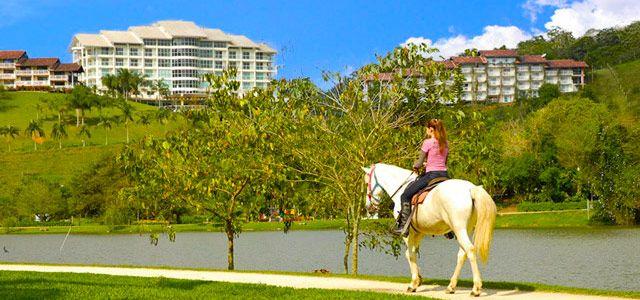 Passeio a cavalo: o Fazzenda Park Hotel integra o hóspede à natureza