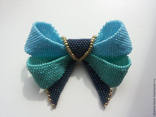 бирюзовый, бантик, необычная брошь, яркая брошь, брошь-кулон, бантик из бисера, бабочка на шею, галстук-бабочка, галстук бабочка, чернильный синий, голубой, золотой.