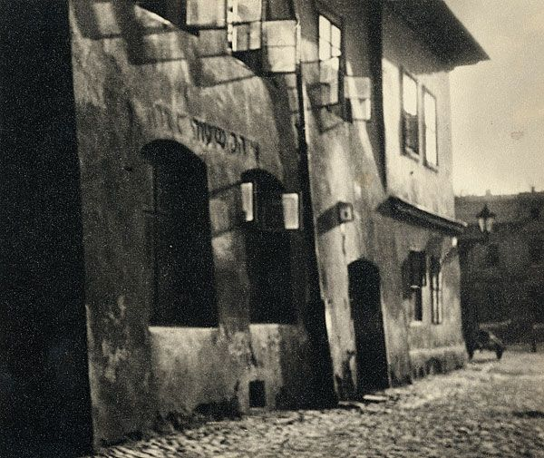 Margaret MICHAELIS Austria 1902 – Australia 1985 Movements: Australia from 1939 No title [Facade of Building, Cracow, Poland] [(Building facade)] c.1930-33 gelatin silver photograph image 12.2 h x 14.4 w cm Gift of the estate of Margaret Michaelis-Sachs 1986 Accession No: NGA 86.1384.171