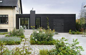 Inspiration: Flot løst tilbygningen, der her ligger i forlængelse af eksisterende bygning (hvor vores ligger vinkelret på), men princippet med en sort træfacade på en lavere bygning kan bruges.