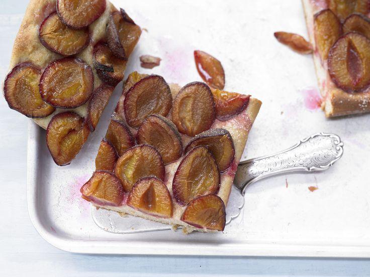 Zwetschgenkuchen vom Blech mit Grünkernmehl | Kalorien: 163 Kcal - Zeit: 50 Min. | http://eatsmarter.de/rezepte/zwetschgenkuchen