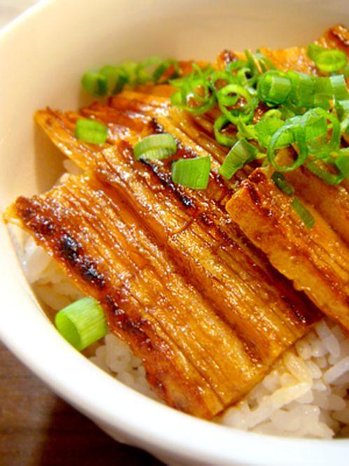 節約食材だってメイン級の満足度♡ちくわを使ったレシピ9選 - Locari ... うなぎ風ちくわ丼