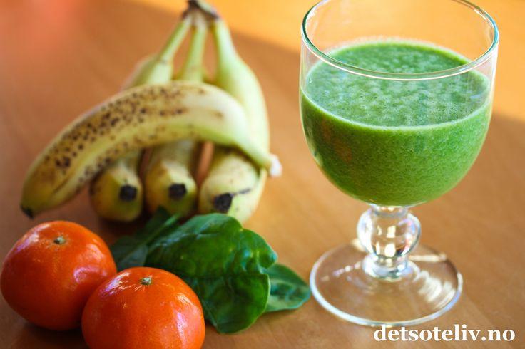 Vi tåler en smoothie til denne første uken i januar Dette er en av mine nye favoritter blant smoothier. Den er så grønn i fargen at både humøret og energien får en skikkelig boost!  Det beste av alt er at smoothien egentlig bare smaker av appelsin og banan. Grønnfargen kommer av spinatblader, som nesten ikke gir noe smak, men kun setter farge ogbidrar til å gjøre smoothien ekstra sunn og næringsrik. Lær av Skipper'n og spis deg sterk med spinat samtidig som du nyter er supergod smoothie!