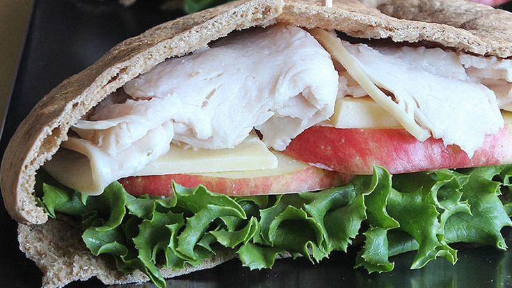 Бывают такие дни, когда вам нужен быстрый обед и альтернативы просто нет. Мы приготовили 3 полезных бутерброда, которые поддержат вас в течении дня и не добавят лишних сантиметров к вашей талии. Все три сэндвича рекомендованы диетологом Джули Аптон, они идеально сочетают в себе различные ингредиенты что бы наполнить вас энергией на весь оставшийся день.