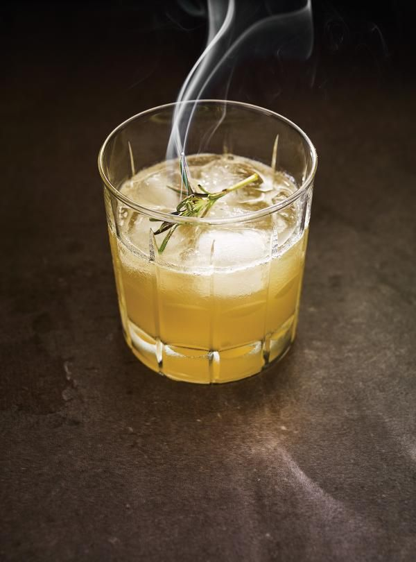 Recette de Ricardo de whisky sour au miel et au romarin brûlé