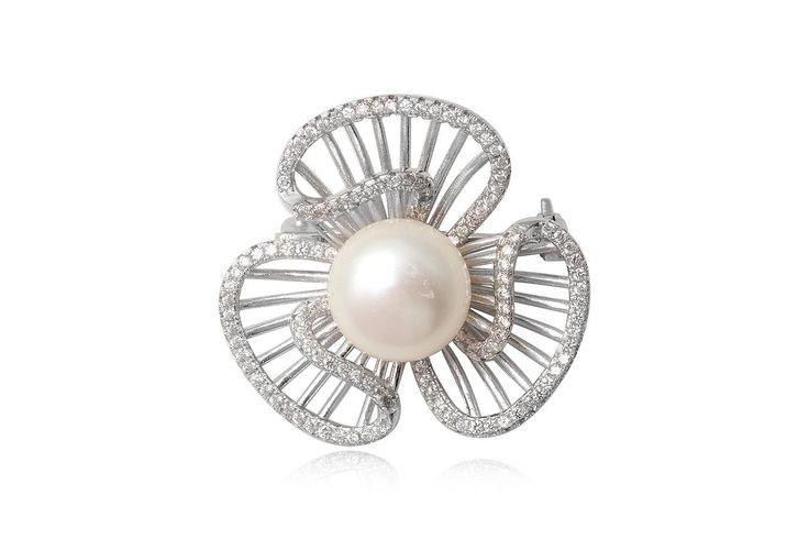 Brosa eleganta din argint 92.5%, decorata cu perla alba, de cultura si cubic zirconii transparente. http://www.lafemmecoquette.ro/brosa-din-argint-cu-perla-alba/
