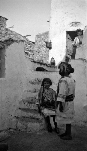 Κορίτσια με παραδοσιακές ενδυμασίες. Χίος, γύρω στα 1935 Έλλη Παπαδημητρίου