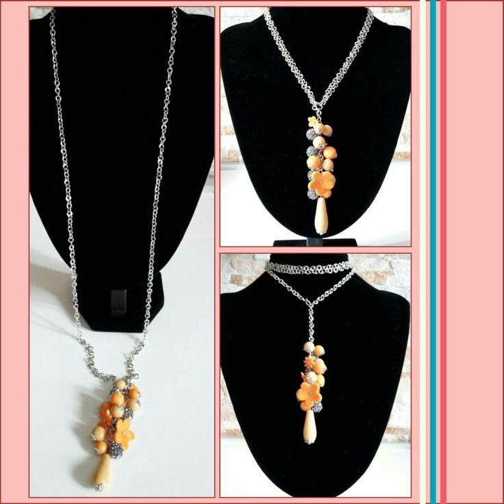 Collana lunga con ciondolo a grappolo arancio/pelle e perline pavé grigie... Con moschettone per variare la lunghezza a piacere