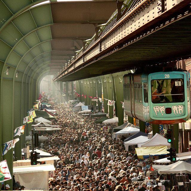 Schwebebahn über Flohmarkt, Wuppertal