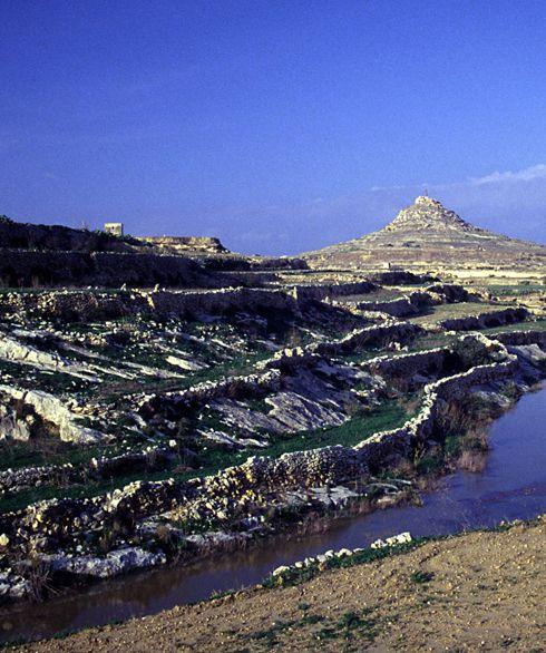 Avremo la possibilità di muoverci liberamente tra i tre lembi di terra, scoprirne le spiagge più nascoste e godere di albe e tramonti da favola, come quelli davanti a Dwejra Bay. Non solo mare, le isole sono abitate da tempo immemorabile e quindi ricche di storia e testimonianze: Cartaginesi, Fenici ed Arabi le utilizzarono come base per la navigazione e i Templari, i Cavalieri di Malta, le resero celebri in tutto il mondo. http://www.jonas.it/vacanze_Malta_781.html