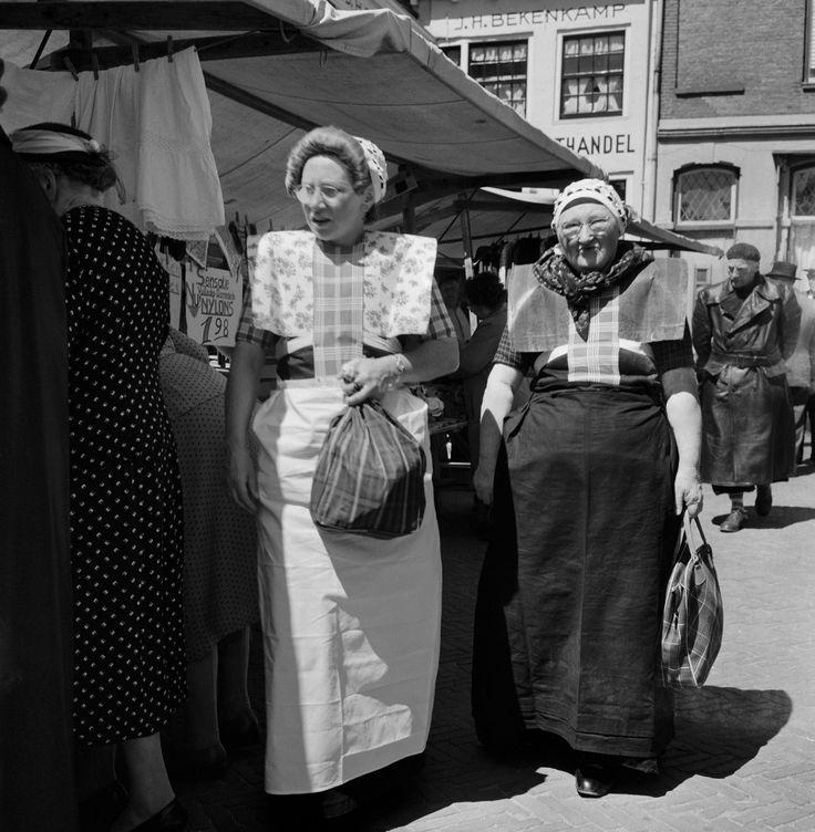 Vrouwen in klederdracht op de markt van Bunschoten en Spakenburg (1950-1960) #Utrecht #Spakenburg