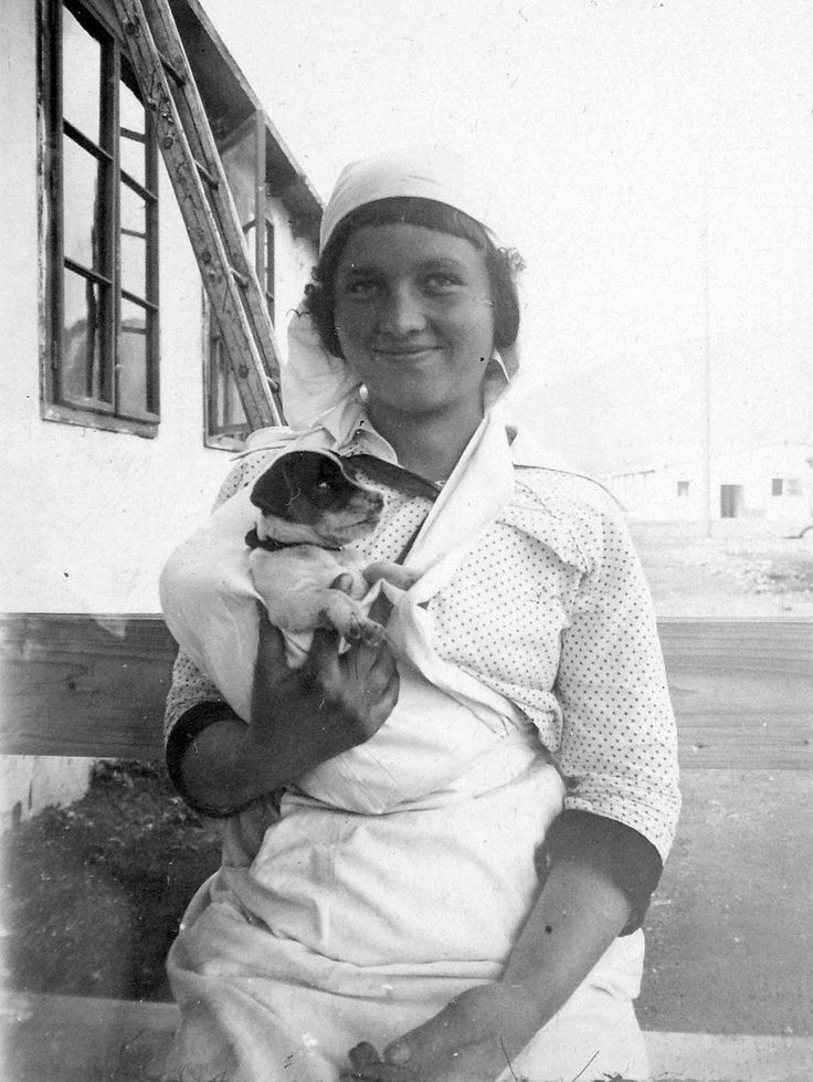 File:Ápolónő az első világháború alatt, háttérben a barakk kórház. Fortepan 2889.jpg
