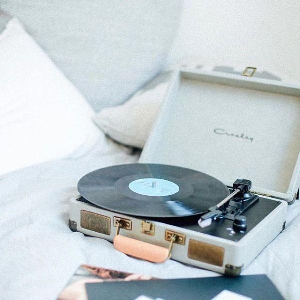 #UOONYOU - Urban Outfitters Gira-discos portátil. Dançava-se ao som dos gira-discos nos anos 60 em Moçambique. Elvis, Cliff/Shadows, Patt Boone.