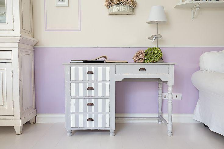 Relook di una scrivania shabby a righe bianche e grigie. Leggi la storia di come un mobile vecchio e logoro può trovare nuova vita con lo shabby!