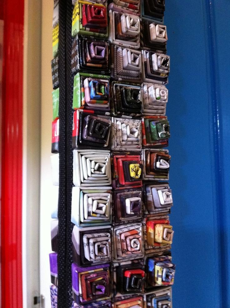 Leuk idee gezien! Spiegelrand versieren met opgerolde stukjes papier.  Decorate your mirror with rolled peaces of paper