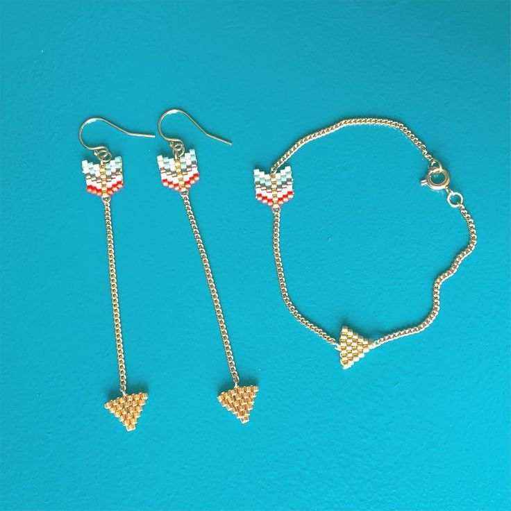 Parure de flèches. - #jenfiledesperlesetjassume #perlesaddict #PerlesAddictAnonymes #miyuki #beadedjewelry #tissageperles #earrings #arrow #fleche #frenchgirl #brickstitch