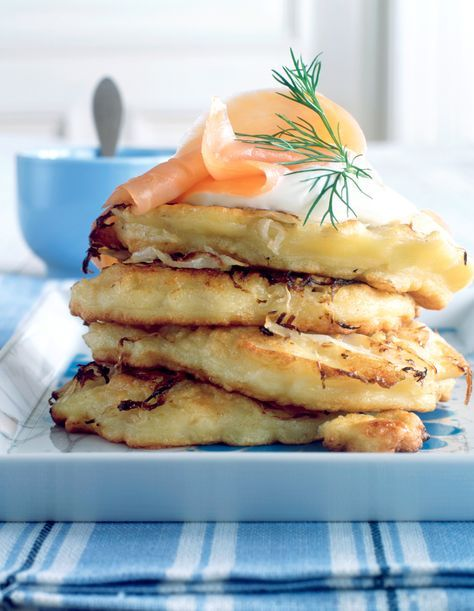 Kartoffel-Sauerkraut-Puffer mit Crème fraîche und Lachs | Kalorien: 615 Kcal - Zeit: 45 Min. | http://eatsmarter.de/rezepte/kartoffel-sauerkraut-puffer-mit-creme-fraiche-und-lachs