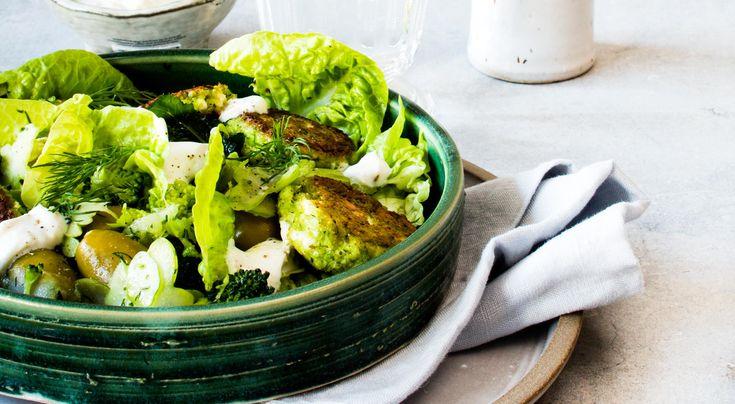 Recept på broccoli- och fetaostbiffar med citronyoghurt. Fetaosten ger god sälta i biffarna. En klick yoghurt smaksatt med citron ger syrligt sting.