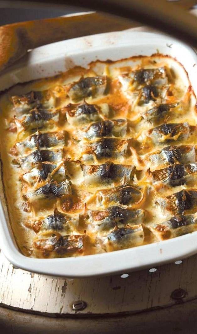(4 annosta) 600 g tuoreita silakkafileitä suolaa mustapippuria myllystä nippu tilliä 150 g kylmäsavukirjolohiviipaleita 1 sitruunan kuori raastettuna 2 rkl sitruunamehua 2 ½ dl maustettua ruokakermaa