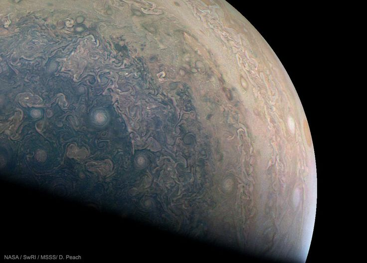 Aunque podría parecer un planeta diferente, este es Júpiter, visto por la sonda Juno desde su hemisferio sur. La sonda lo estudiará al gigante del Sistema Solar durante los próximos seis años. #astronomia #ciencia