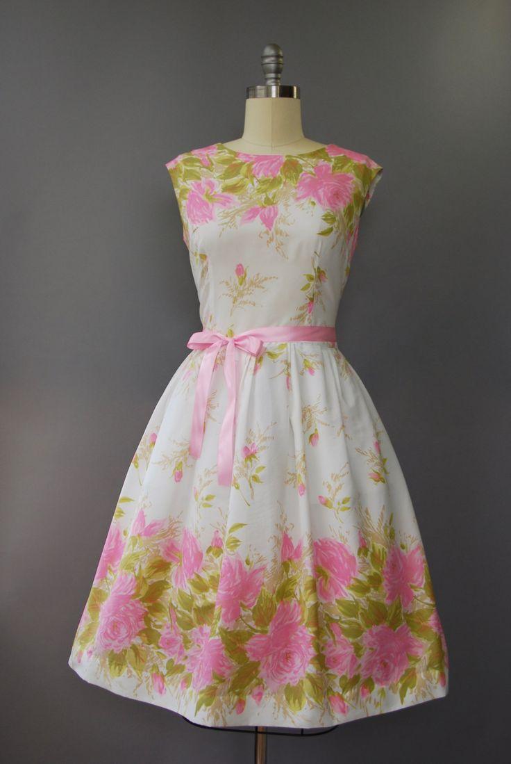 Serieus prachtige jaren 1950 bleke roze, witte en salie groen mouwloos jurk met taille gesmoord, volledige rok, grote bloemenprint in het hem and bodice studeerde aan de rest van de jurk, bijpassende roze satijn riem en verborgen terug rits. Bekleed. Zo mooi!  voorwaarde: uitstekend, vers schoongemaakte en klaar om te dragen Label: geen materiaal: polyester crêpe  ---✄---Metingen---✄--- Bust: 40 in Taille: 32-33 in schouder aan taille: 17 in lengte: 42 in passen: groot  ➸ GEEN TERUGGAVEN…