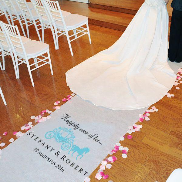Een prachtige Persoonlijke Loper Happily ever After voor het sprookjeshuwelijk en de bruiloft met Assepoester thema. Geprint met uw namen en datum.