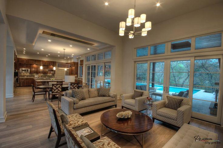 Шикарный дизайн просторной гостиной-кухни=столовой в загородном доме