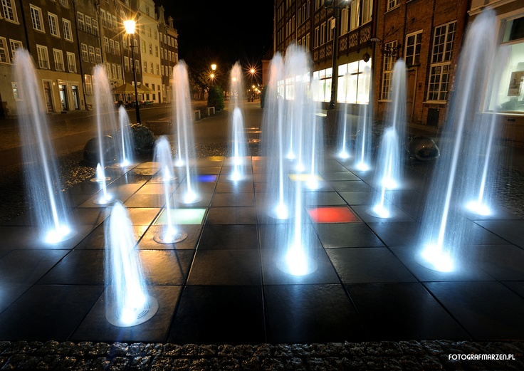 Fontanna Czterech Kwartałów nocą / Four Quarters #Fountain at night, #gdansk | photo: Paweł Piwosz