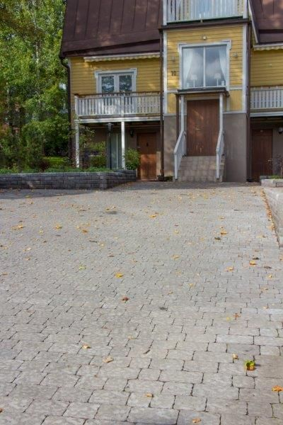 Verona-kivet, väri harmaa, profiloitu pinta  http://www.rudus.fi/tuotteet/pihakivet-ja-maisematuotteet/betonikivet/77/verona-kivet
