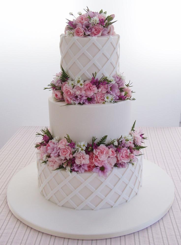 Torta nuziale originale a tre piani con fiori rosa! http://www.matrimonio.it/collezioni/torte_nuziali/5__cat