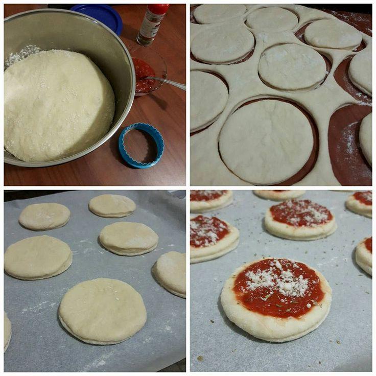 mini pizze sofficissime da buffet, semplicissime e buonissime, realizzate con pasta brioche salata..da condire con quello che più vi piace.