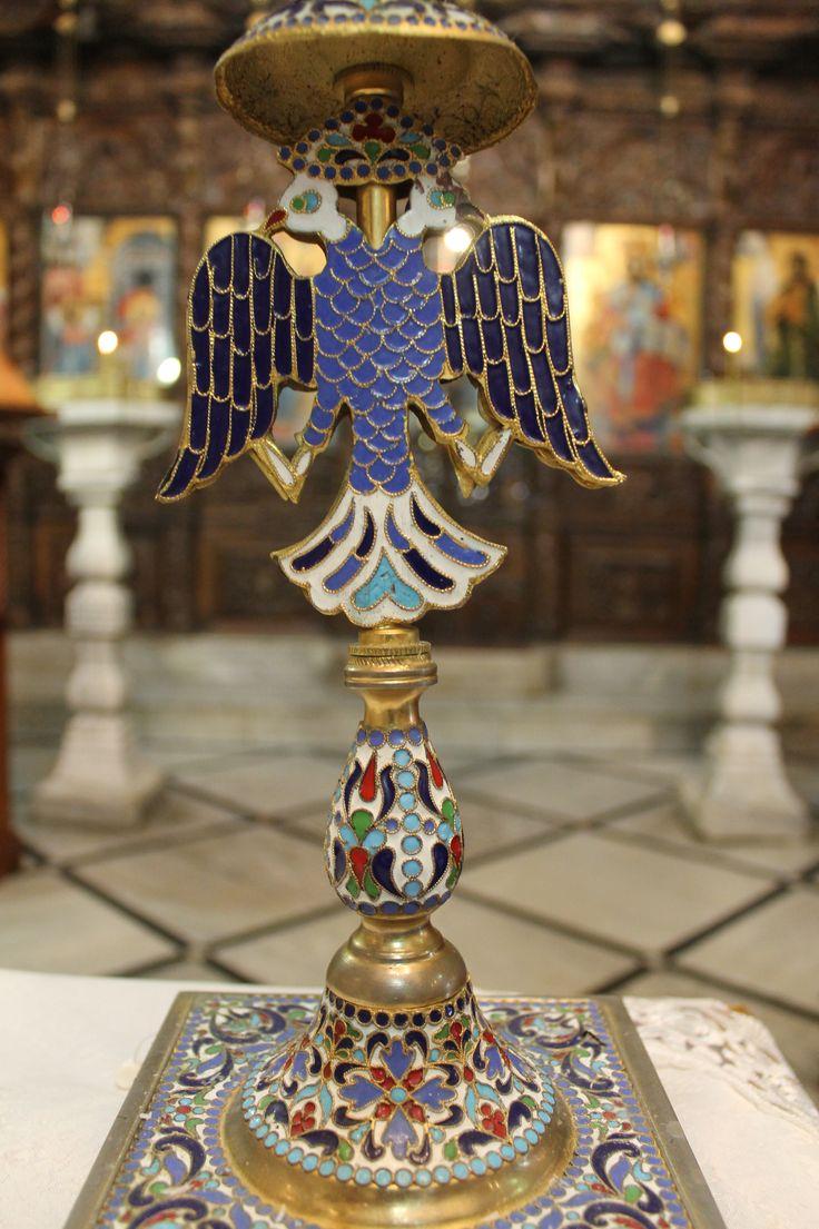 Candelabro con águila de dos cabezas hecha en mosaico.