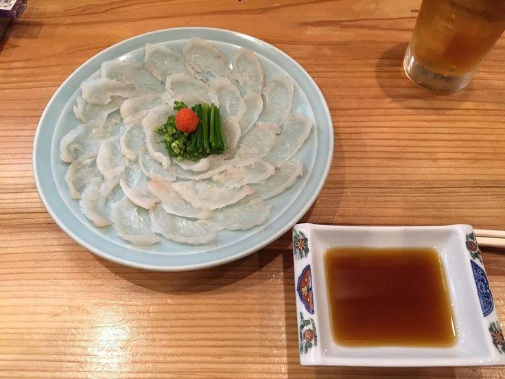 人生初ふぐ料理 ふぐ刺しとふぐの唐揚げ美味しゅうございました高かったなあ笑 #ふぐ #河豚 #ふぐ刺し #ふぐの唐揚げ #japanesefood #海鮮 #sashimi #karaage by ryo_1210k