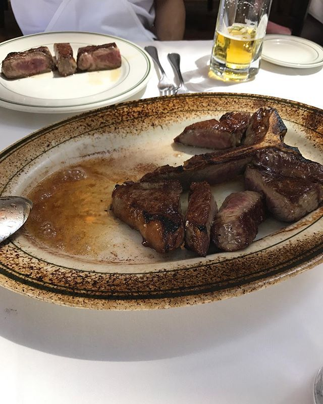 空港に向かう前の昼ご飯でようやくウルフギャングのポーターハウスステーキ  やっぱりここの肉がダントツ美味しい  #lunch #steak #肉 #ポーターハウス #ステーキ #ウルフギャング #wolfgang #昼から贅沢 #美味しい #グルメ #meat #ハワイ #hawaii #waikiki #最終日 #travel #trip #旅行
