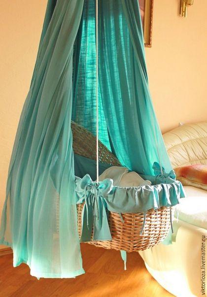 Подвесная плетеная люлька для малыша.