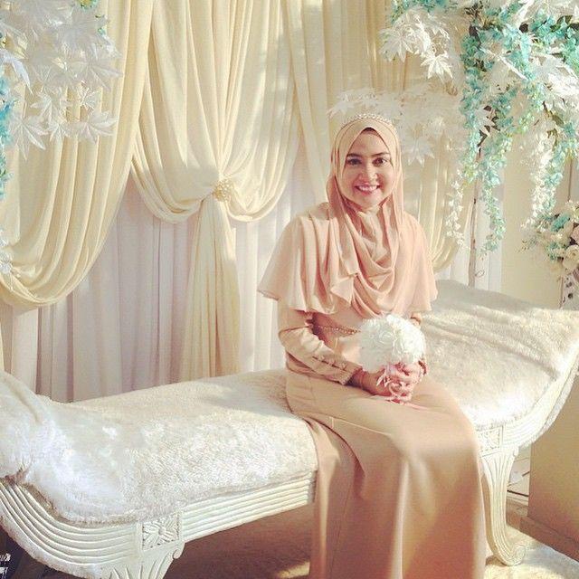 Beautiful bride @adilaabaziz in #chicandbasic collection! Naelofarhijab.