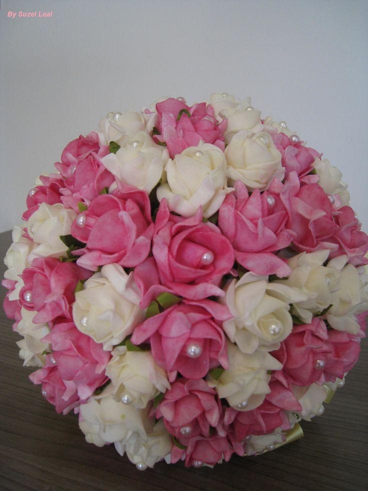 Lindo Buquê produzido com rosas super delicadas de e.v.a. em Pink e Begê, pétalas fininhas como uma pétala de rosa natural, aparência e textura super próximas às rosas naturais! <br> <br>Detalhes do Buquê: <br>*Aproximadamente 70 rosas <br>* Tule na base do buquê <br>* Fitas de cetim envolvendo a haste <br>* Laço duplo de cetim e com fita trabalhada super delicada. <br>* Strass no cabo. <br>* Meia - Pérola em todas as Flores. <br> <br>Os Buquês são personalizados conforme a sua escolha…