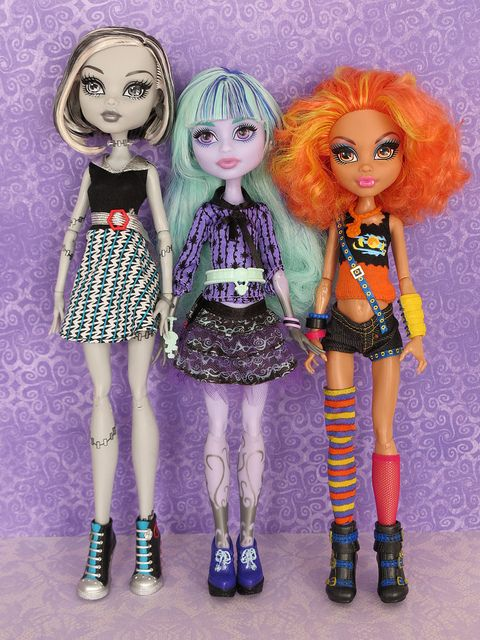 """Twyla Beats Howleen in Height (w/ """"shoes""""), Her Body, Box Bio, and Detail Pics. - Monster High Dolls .com"""