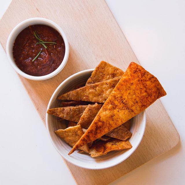 Na een lekkere burrito avond hebben we vaak nog 1 of 2 tortilla's over. Een lekke variatie is om er chips van te maken. De wrap even frituren, bestrooien met kruiden die je lekker vindt, zoals bbq-kruiden of paprika poeder en dippen in tomaten chutney! 👌🏻 #voedselverspilling #foodwaste #nowaste #zerowaste #snack #instockcooking #leftovers #vscofood #foodie #nomnomnom