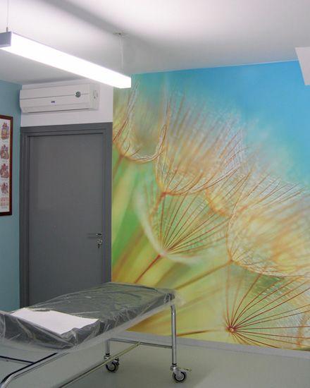 Εσωτερική διαμόρφωση - διακόσμηση σε εξεταστήριο ιατρικού κέντρου με φωτογραφική ταπετσαρία. Δείτε περισσότερα έργα μας στο http://www.artease.gr/interior-design/emporikoi-xoroi/