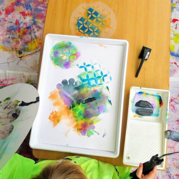 I was inspired by @playexplorelearn to set up an art experience for Miss 3 using a paint roller 😄💕 Miss 3 was delighted to hear the words painting and roller as she remembers the last time we used them! I gave her icing sugar stencils and her edging tool and she immediately started layering paint over the top of the stencils, asking for more and more paint colours! 🎨 I love the way the layers and textures blend together on her artwork. She had so much fun rolling layer upon layer and…