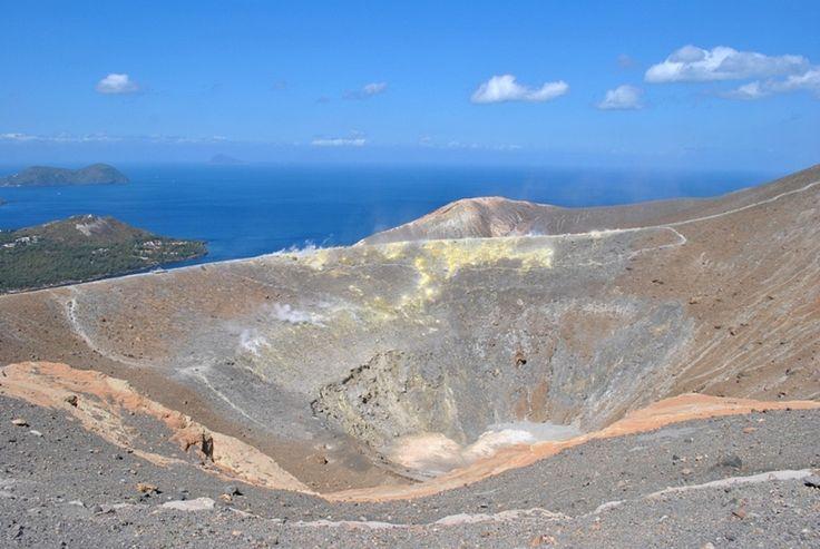 Sirné páry, dusivý zápach i nezapomenutelné výhledy, to je ostrov Vulcano na Liparských ostrovech. Více se dočtete tady: www.bushman.cz/live/reportaze/bushman-expedice-vulcano